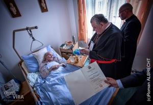 a předání ocenění - medaile sv. Jana Nepomuckého, za obětavou kněžskou službu!